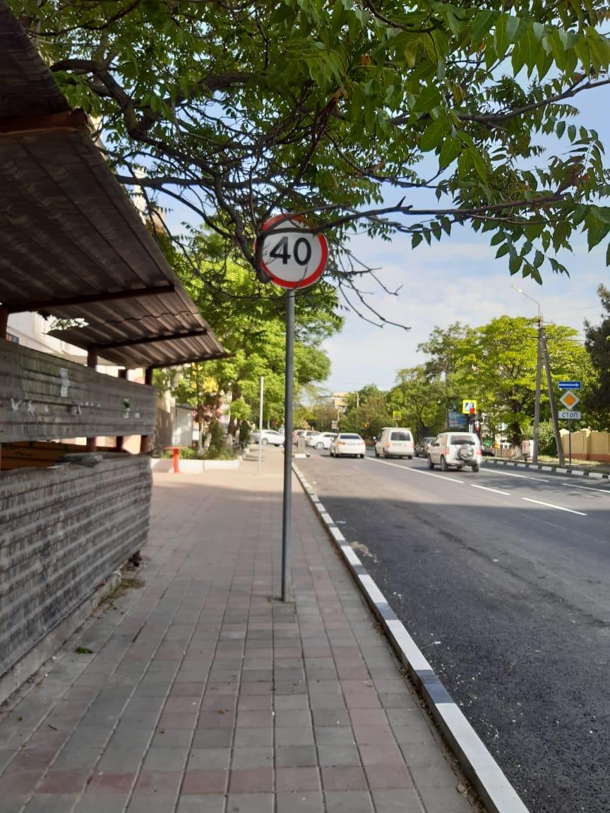 У Новороссийска появился «фирменный знак» — столбы посреди тротуара