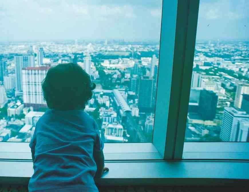 В Новороссийске из окна 4-го этажа выпал полуторагодовалый ребенок