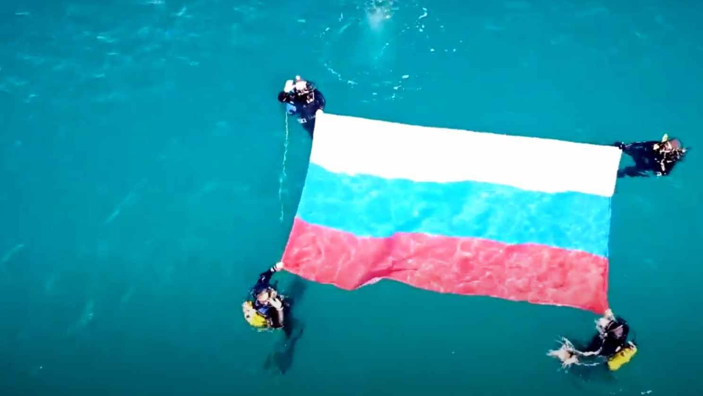 В Новороссийске триколор погружался в море, поднимался в горы и развевался на Малой земле
