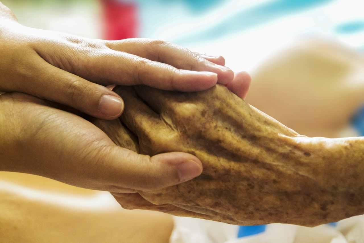 В Новороссийске бабушка потеряла сознание: люди продолжили заниматься своими делами
