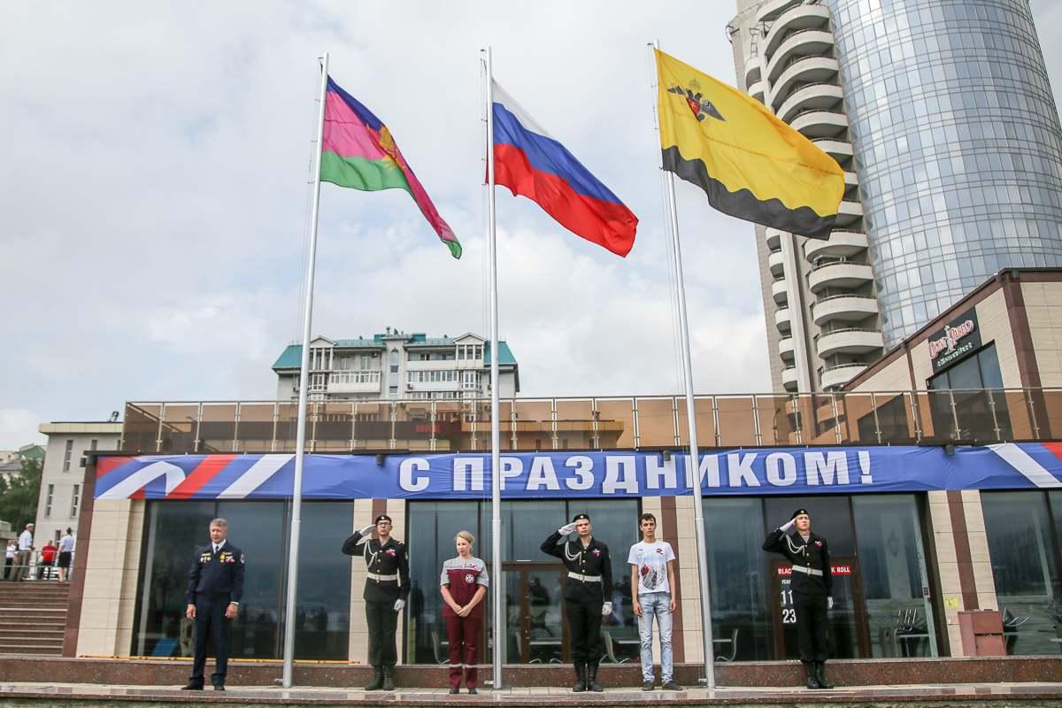 В Новороссийске флаг России подняли спасатель, врач и волонтер