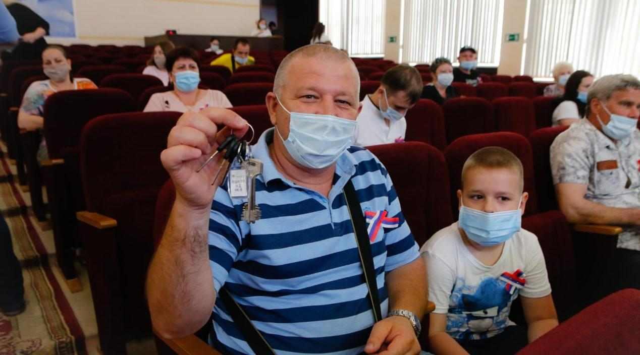 В Новороссийске переселенцам из аварийного жилья вручили ключи