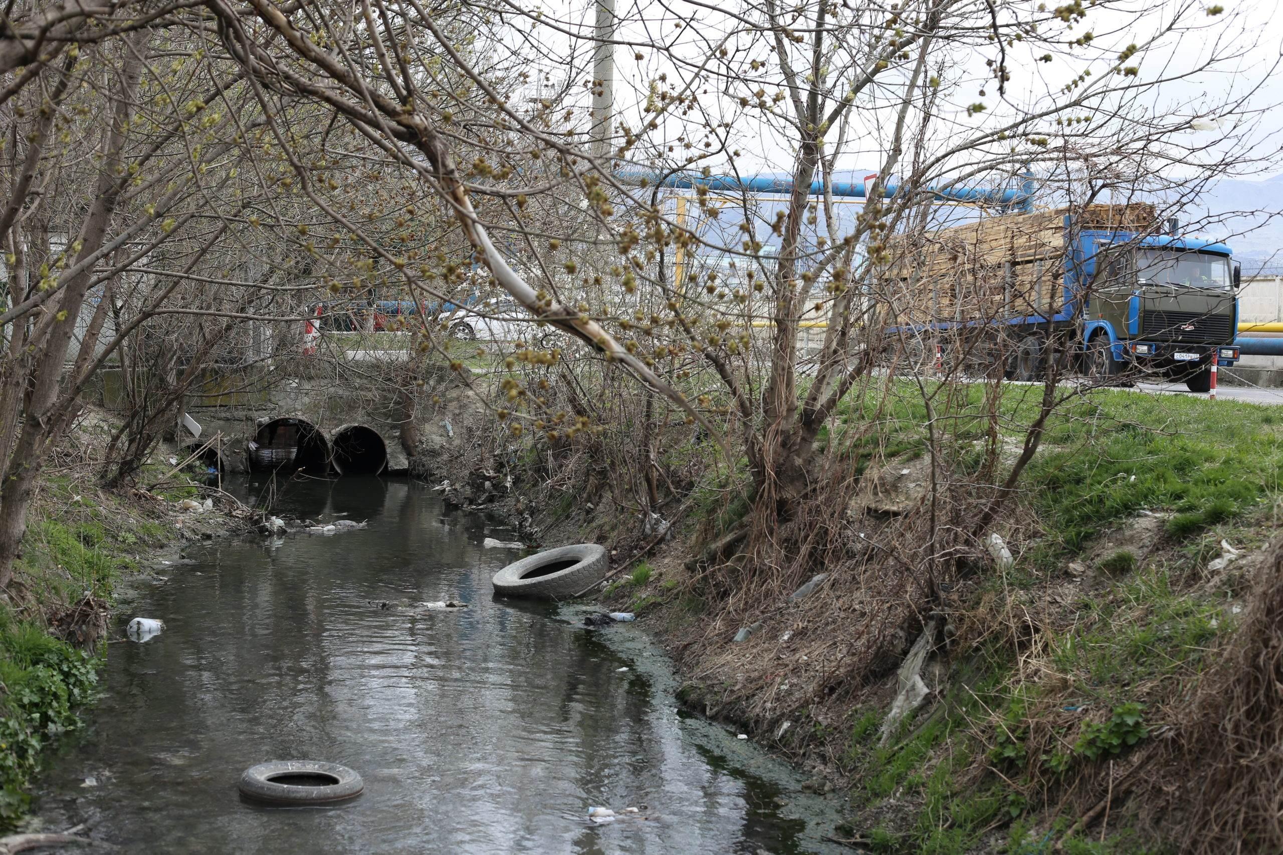 В Новороссийске в коллектор на Шиллеровской продолжают сливать сточные воды?