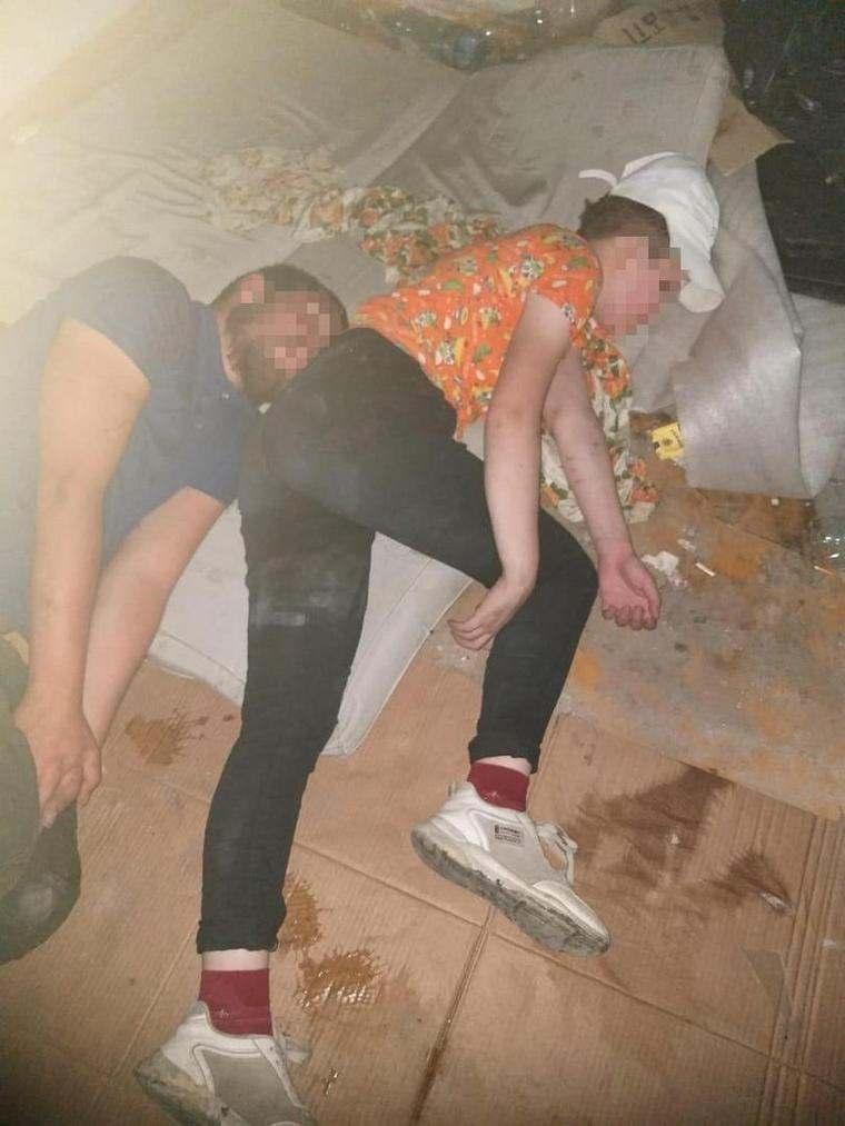 В Новороссийске в заброшенном доме взрослый мужчина пил с двумя несовершеннолетними