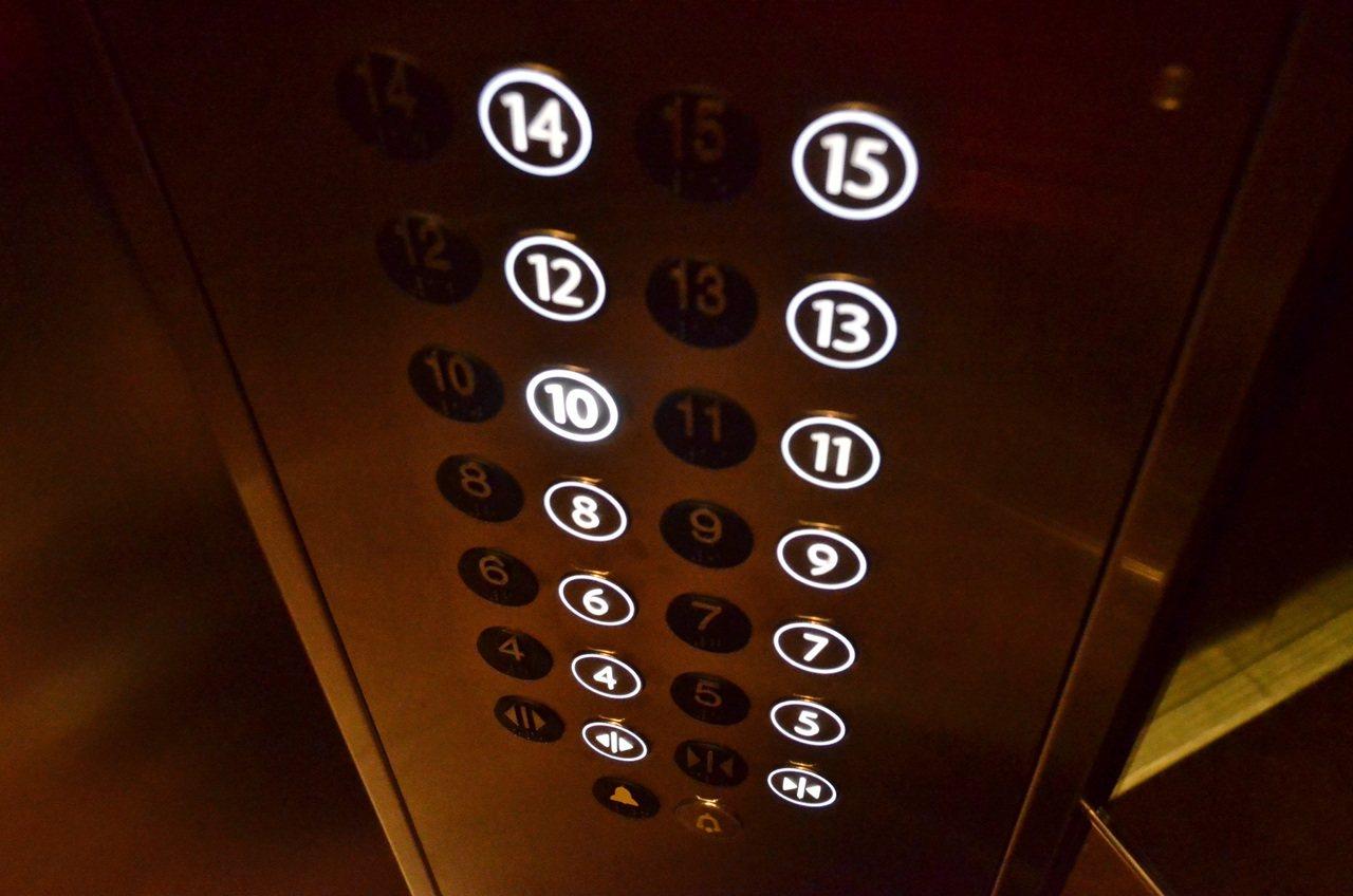 Лифт в новороссийской многоэтажке две недели не работает