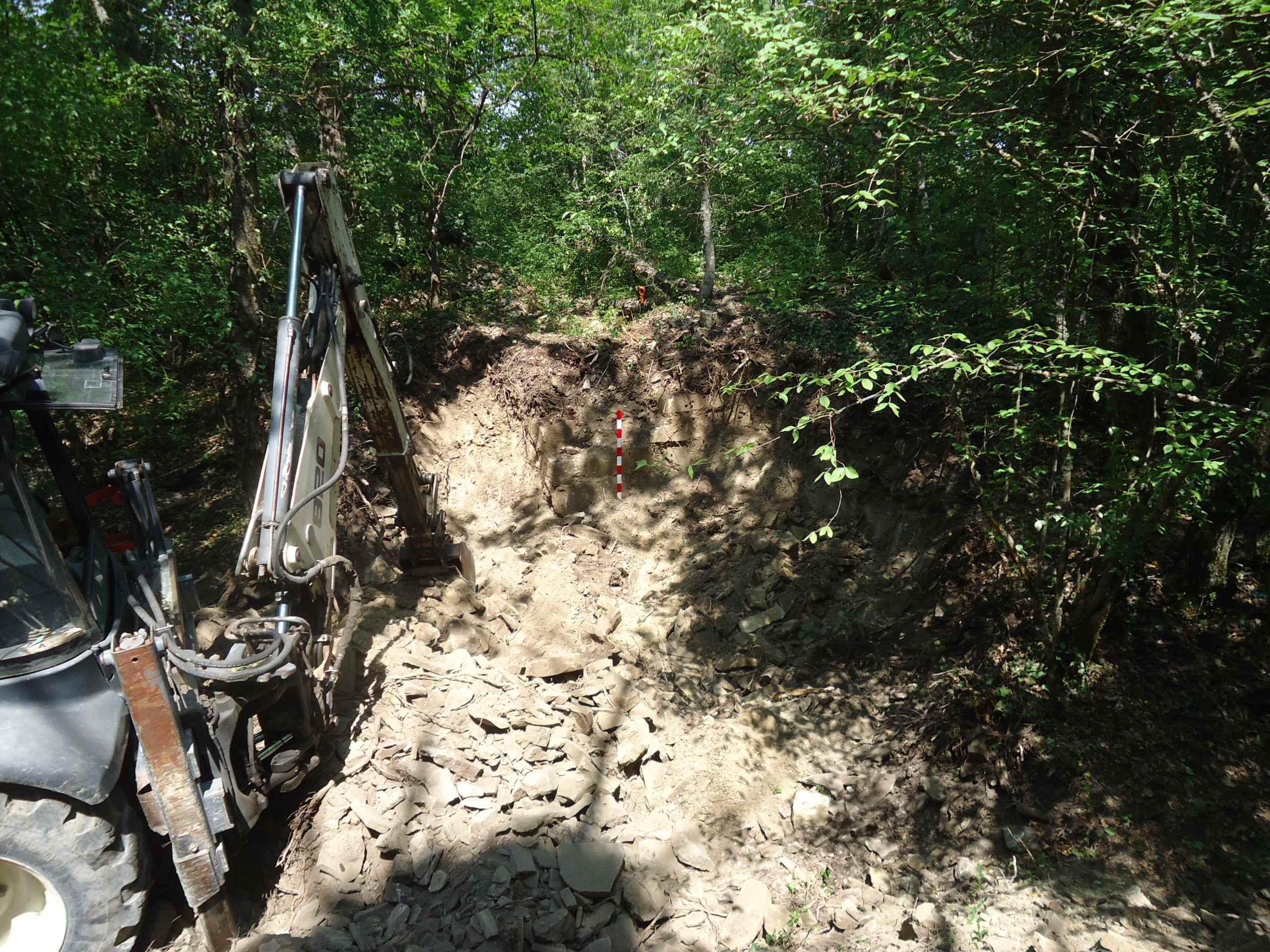 Черные археологи разрушили памятник археологии на горе Сапун под Новороссийском