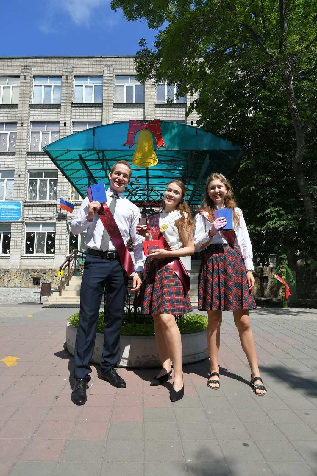 Новороссийские школьники получили аттестаты и медали