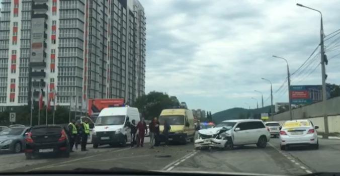 На аварию летел реанимобиль: в Новороссийске столкнулись две легковушки