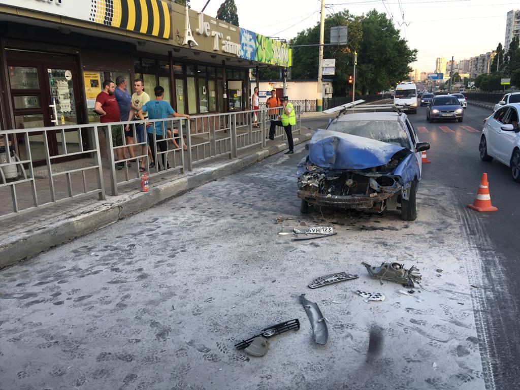 В Новороссийске автомобиль «ДЭУ» врезался в троллейбус и загорелся