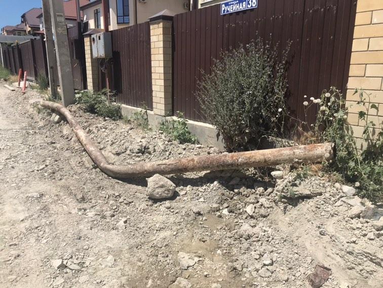 В Новороссийске неизвестные вырвали канализационную трубу. Теперь сточные воды дома текут по улице