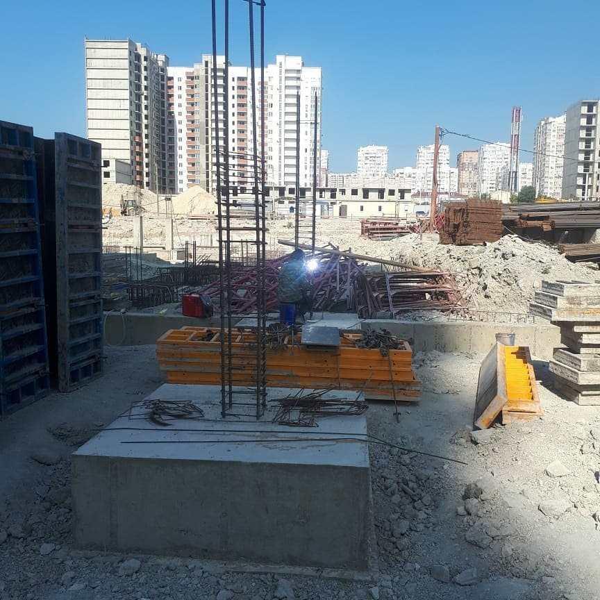 В Новороссийске в новом микрорайоне строят современную школу. А сельскую школу оборудовали лифтом