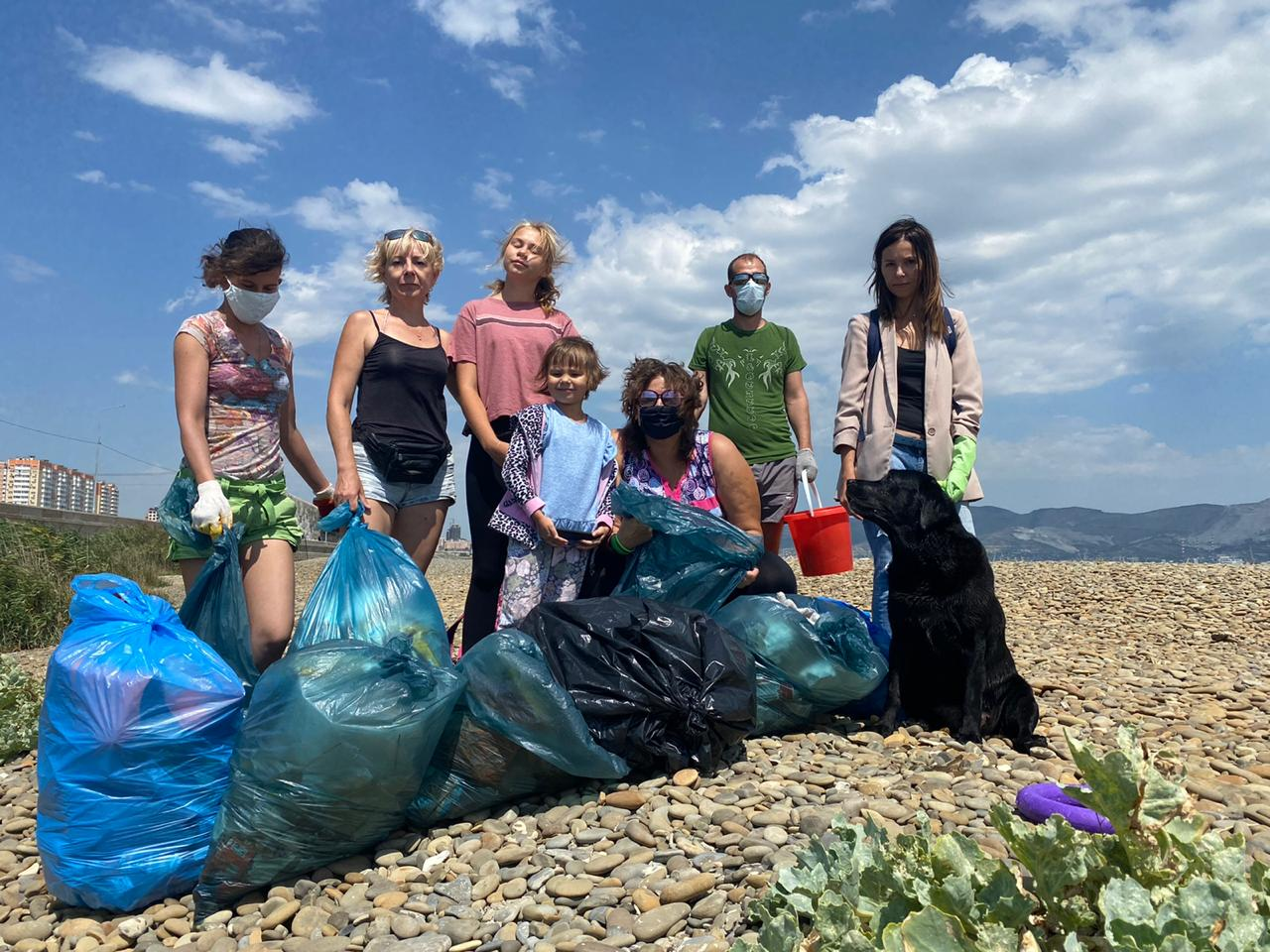 В Новороссийске на берегу моря сегодня собрали 27 мешков мусора