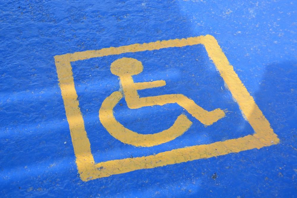 В Новороссийске на пляже для инвалидов колясочники и «палочники» не могут добраться до моря