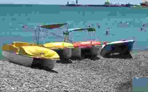 В Новороссийске во время урагана в море унесло людей на катамаране, банане и плавательном кругу
