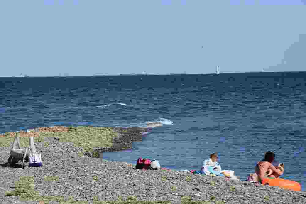 В Новороссийске мужчина «замаливает грехи», убираясь на пляже