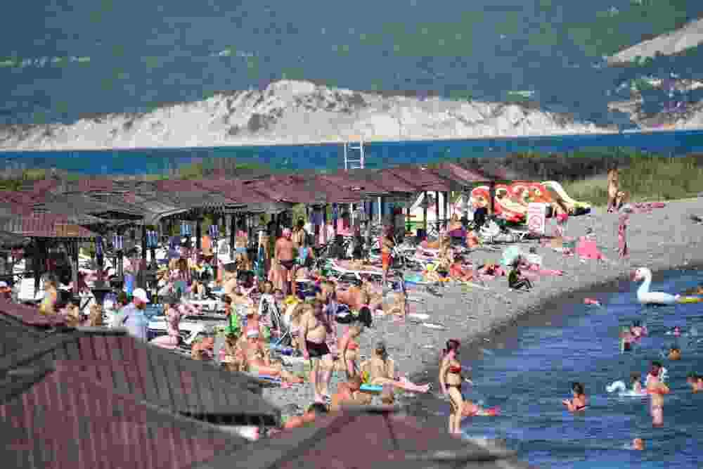 Наплыв отдыхающих в Новороссийске: на пляжах в выходные дни было многолюдно