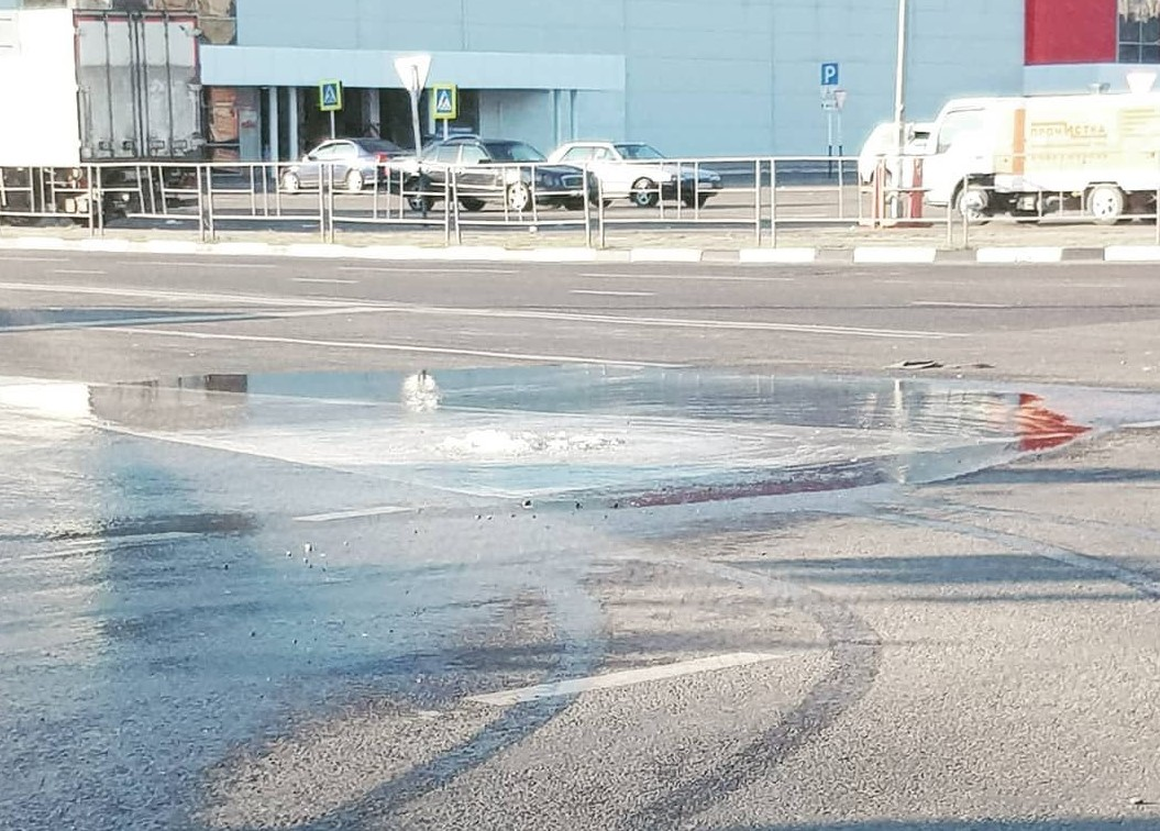 В центре Новороссийска течет вода, когда в кранах горожан сухо