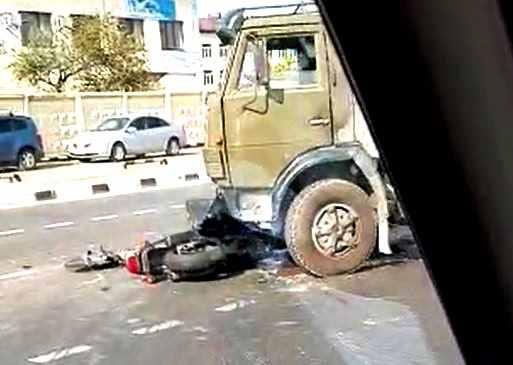В Новороссийске «КамАЗ» подмял мотоцикл: лужа крови, искореженный транспорт