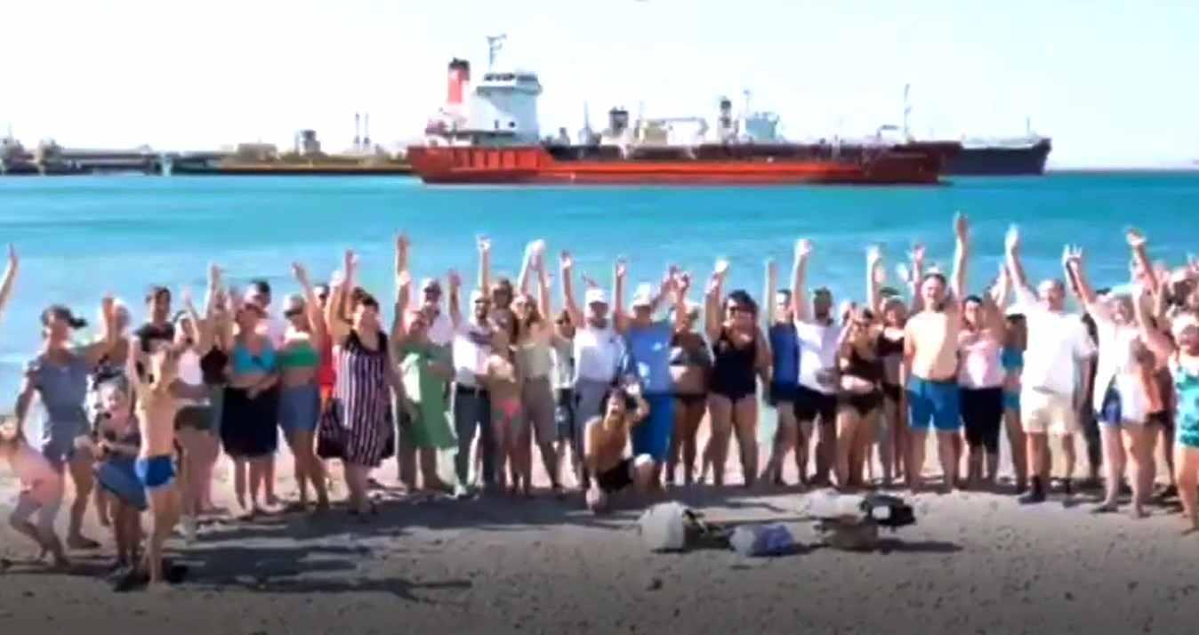 Жители Новороссийска провели флешмоб в поддержку пляжа на Волочаевской