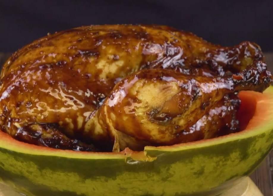 Простой и оригинальный рецепт: курица в арбузе. Даже корка пойдет в дело!