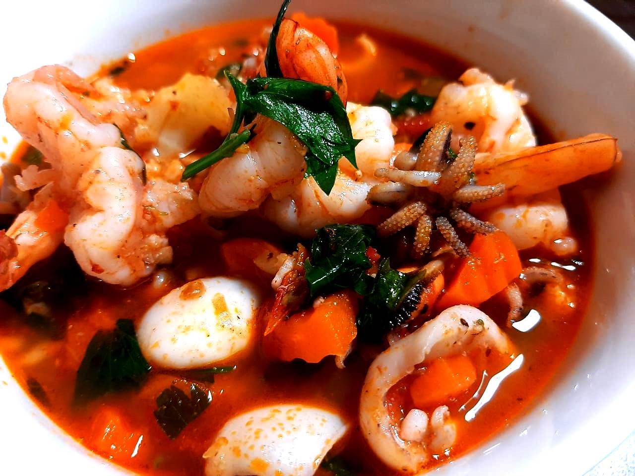 Морской коктейль и овощи: простой рецепт ужина с легко заменяемыми продуктами (подходит худеющим)