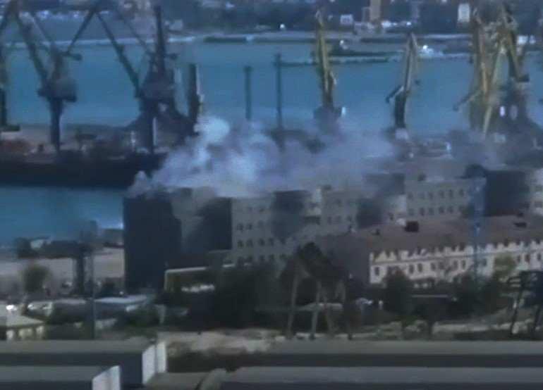 В Новороссийске горело административное здание в порту: эвакуировали 120 человек