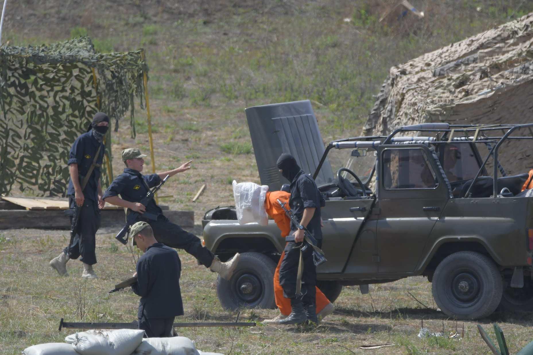 На полигоне Раевский бойцы ВДВ показали, как нужно действовать в конфликтных ситуациях с террористами