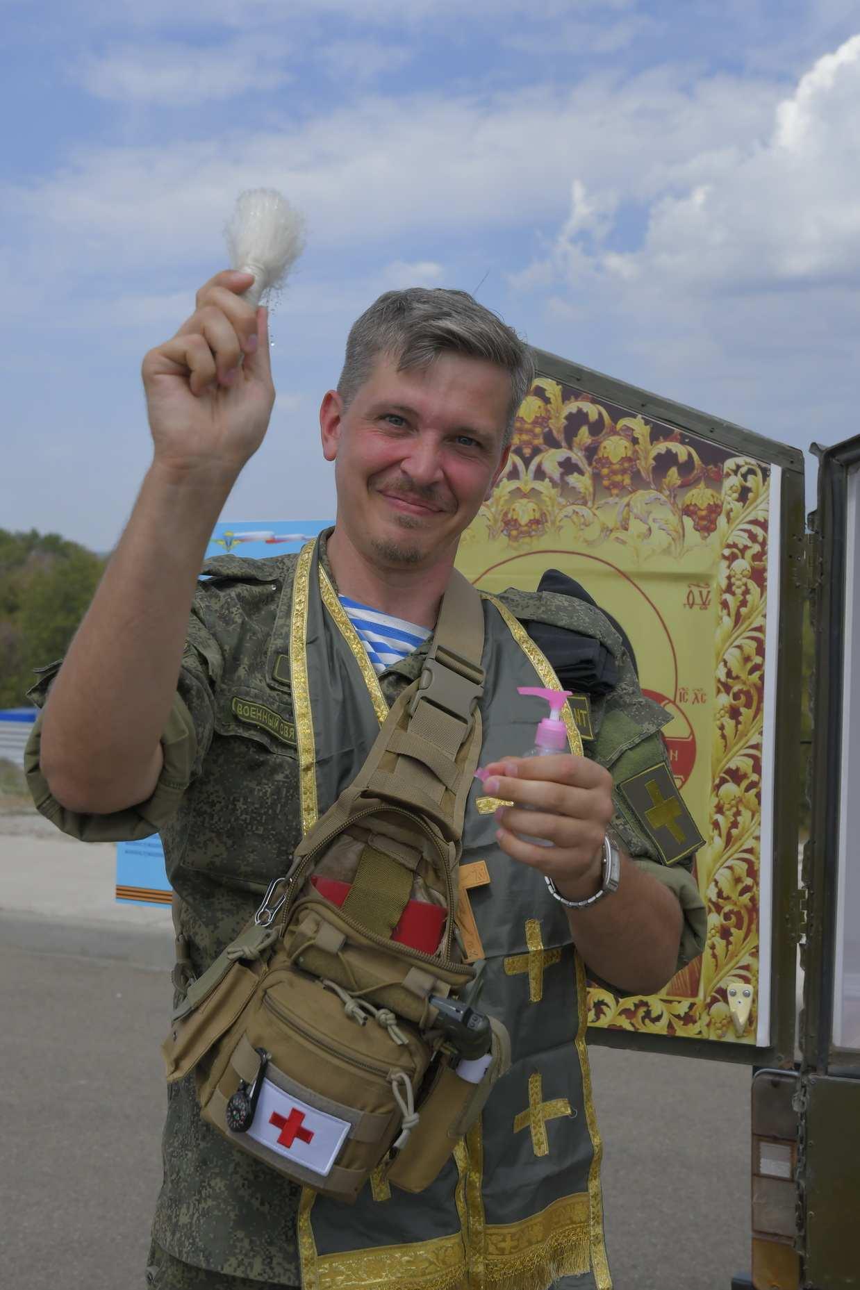 Новороссийский батюшка в берцах обзавелся носимым храмом