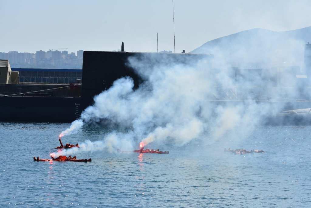 Военные корабли и морская авиация спасли экипаж «аварийной» подводной лодки в бухте Новороссийска