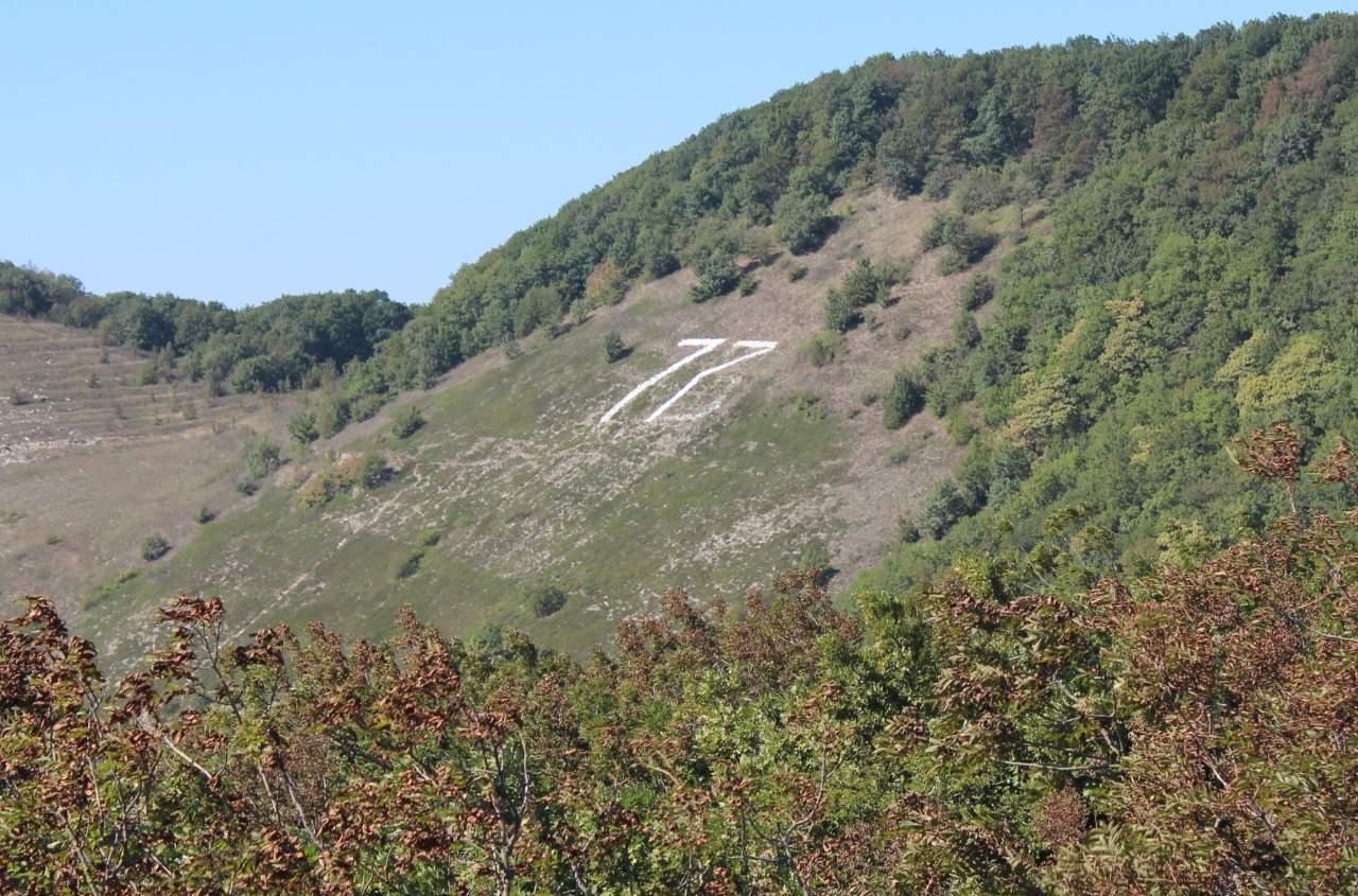 В Новороссийске на Маркотхском хребте переложили каменный календарь