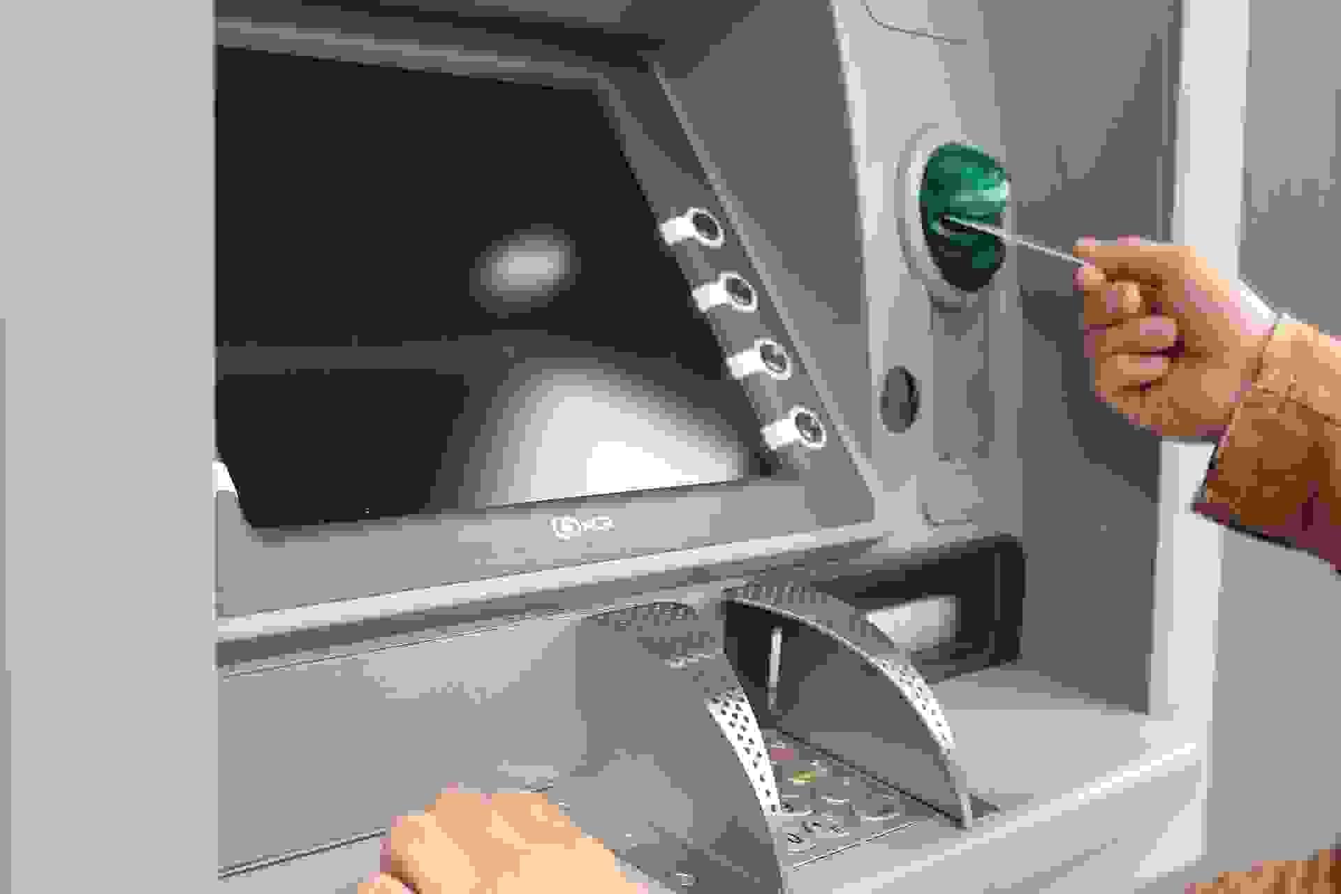 В Новороссийске мужчина украл 24 тысячи рублей, которые забыли в лотке банкомата