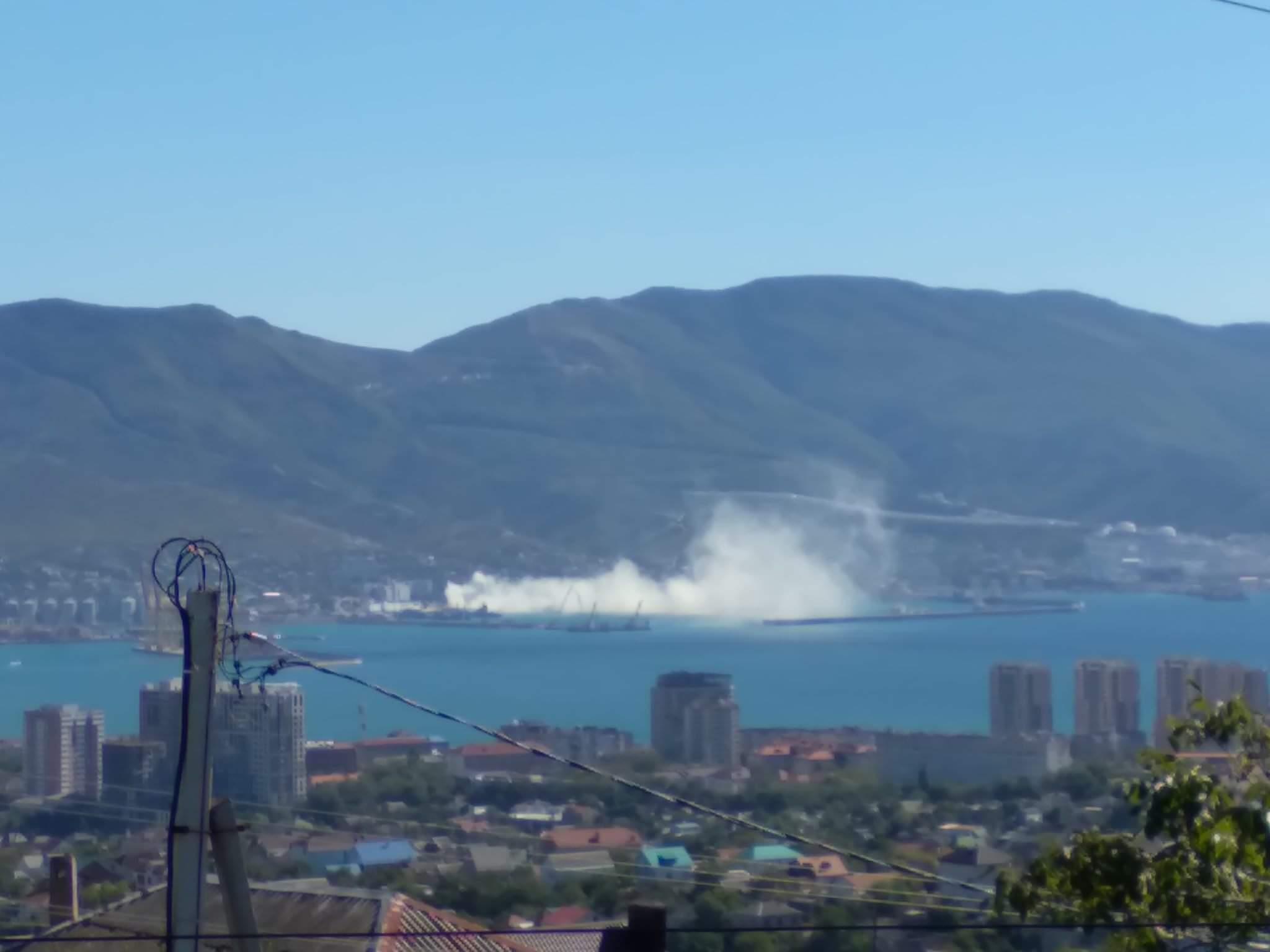 В Новороссийске на военно-морской базе в небо выпустили плотное белое облако