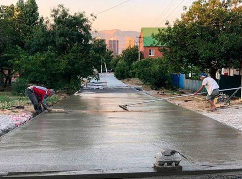 В Новороссийске 15 тонн цемента закатали в 14 км дорог