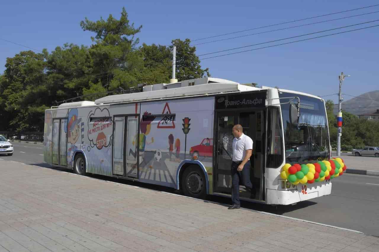 Целый месяц по Новороссийску будет ездить «безопасный троллейбус»
