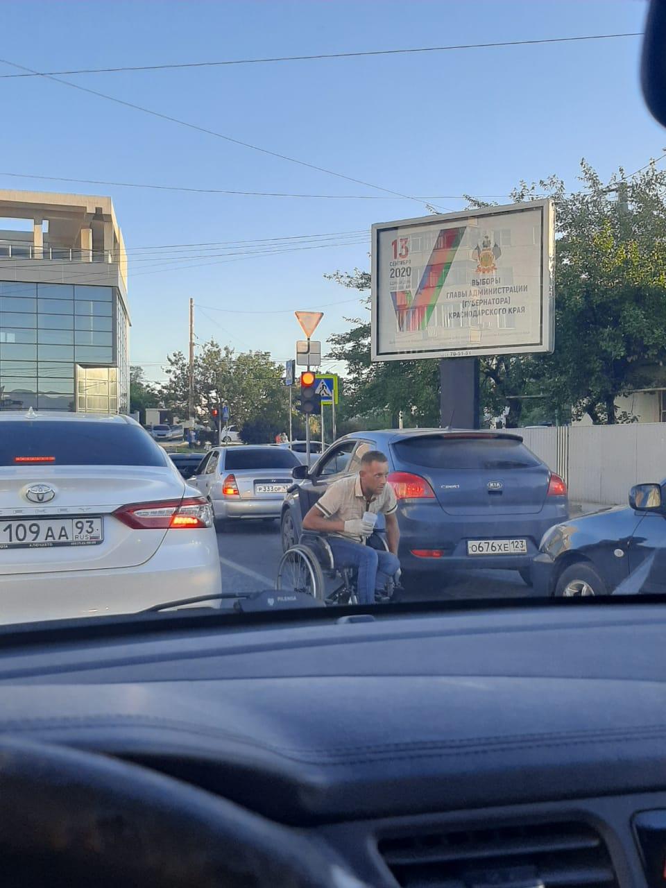 В Новороссийске опять на дорогах появились попрошайки