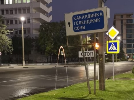 В Новороссийске горожан беспокоит текущая по тротуарам и дорогам чистая вода