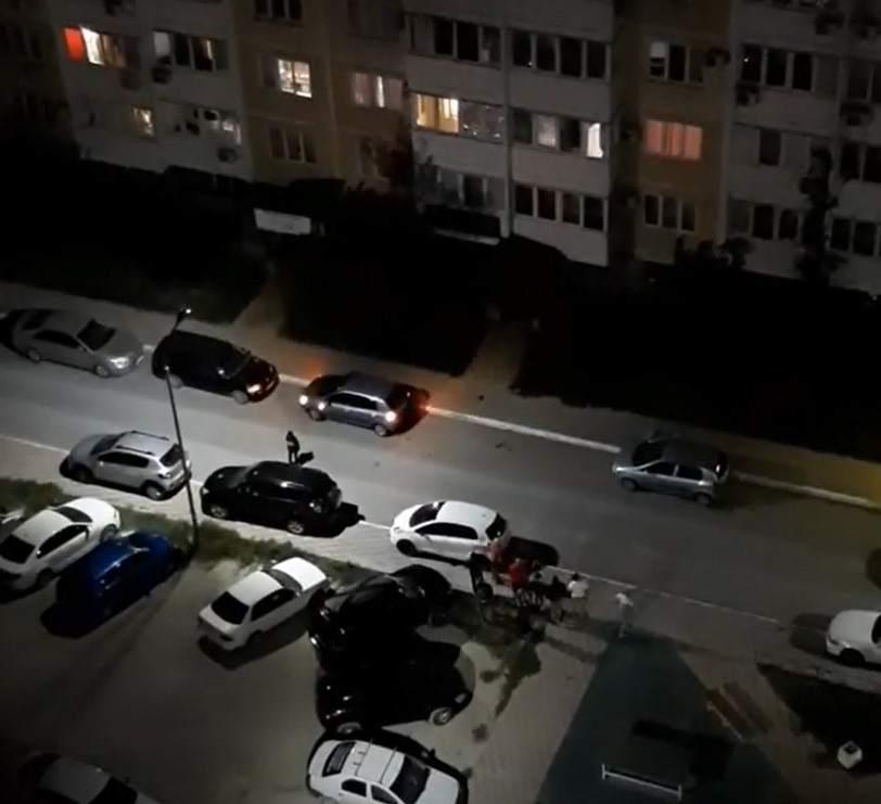 В Новороссийске с верхних этажей дома на припаркованные авто бросали кирпичи