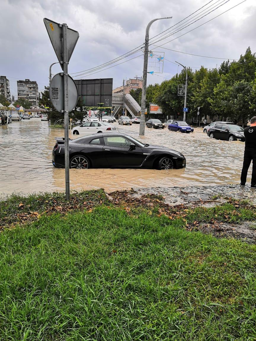 На Новороссийск обрушился ливень. Улицы снова превратились в реки