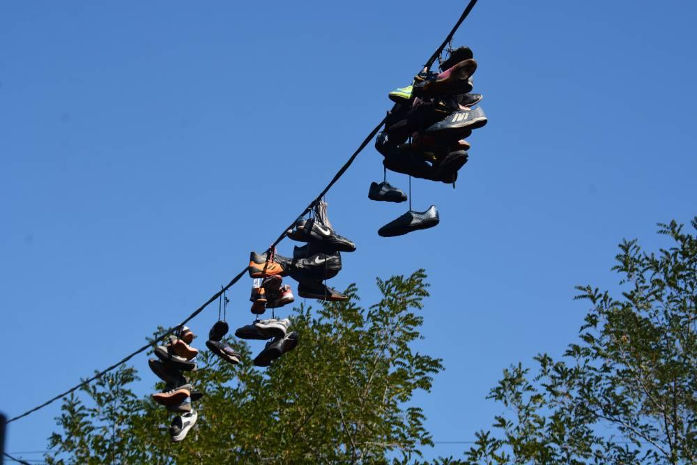 В Новороссийске новый тренд – кроссовки на проводах