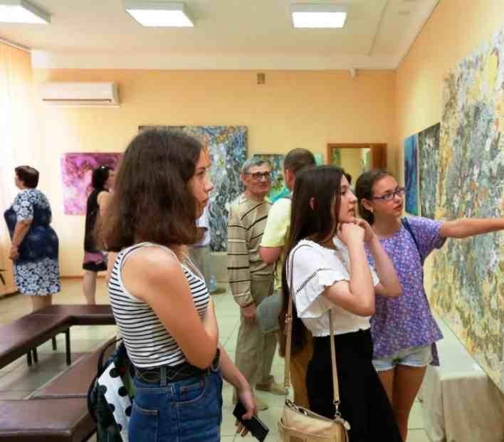 Заслуженный учитель Новороссийска оказался коллекционером картин