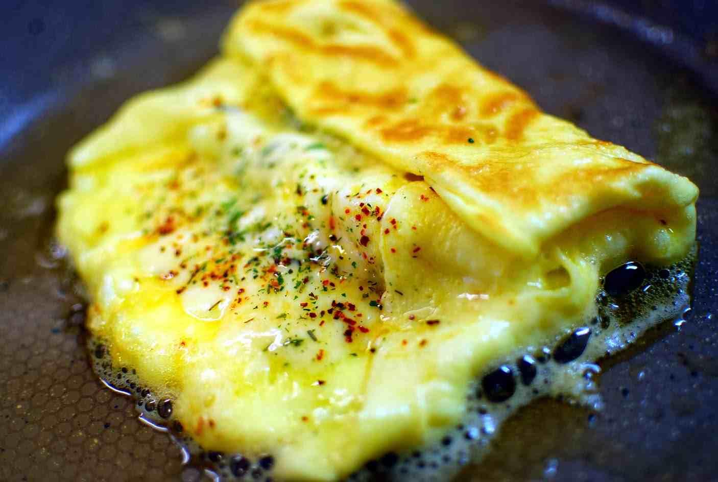 Рецепт вкусного завтрака за две минуты ( яйца и сыр)