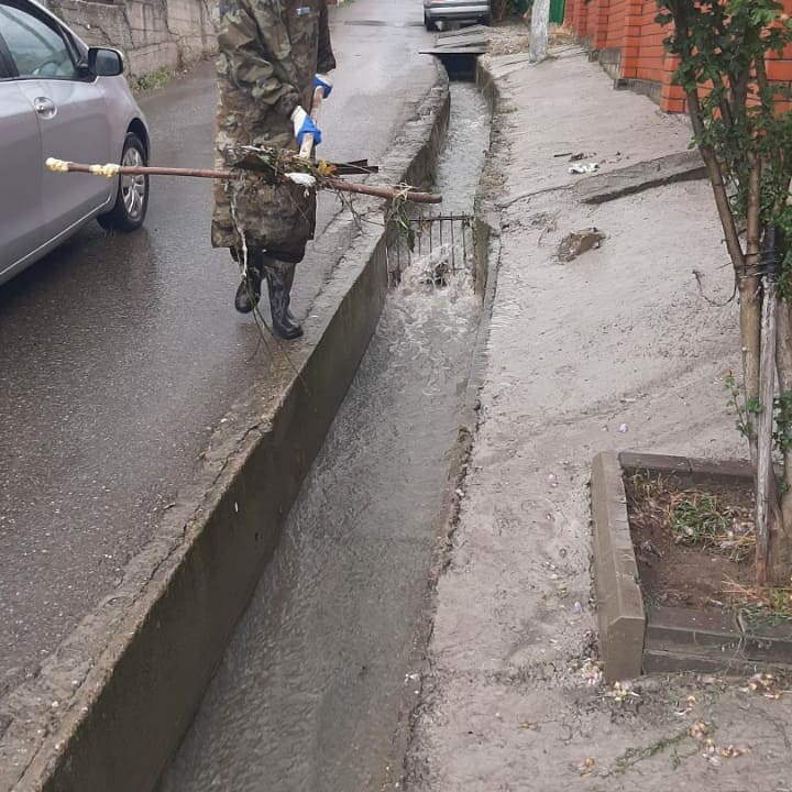 В Новороссийске чистят ливневки. Город готовится к новому натиску стихии