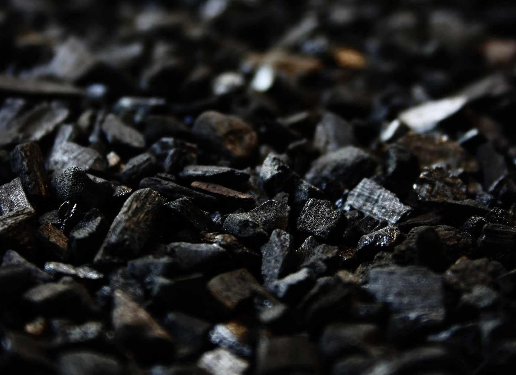 В Новороссийске пытаются сбить угольную пыль, которая летит при погрузке