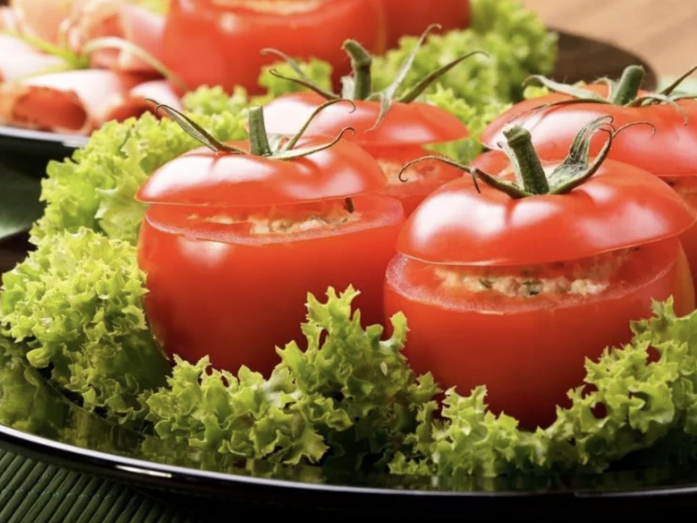 Легкий салат в запеченном помидоре. Рецепт оригинального блюда из привычных продуктов