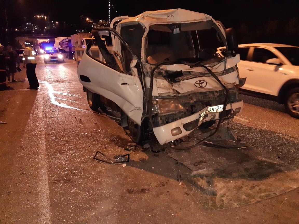 Под Новороссийском три ДТП: второклашку от удара отбросило на машины, а детей зажало в кабине грузовика