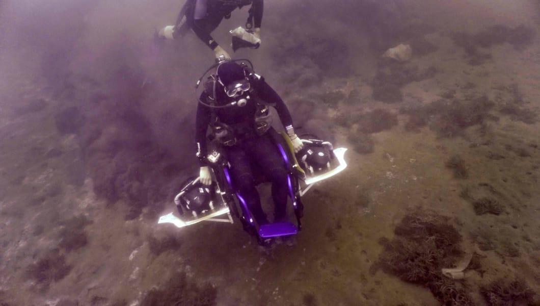 В Широкой Балке под Новороссийском прошло испытание первой в мире самоходной подводной инвалидной коляски для парадайвинга