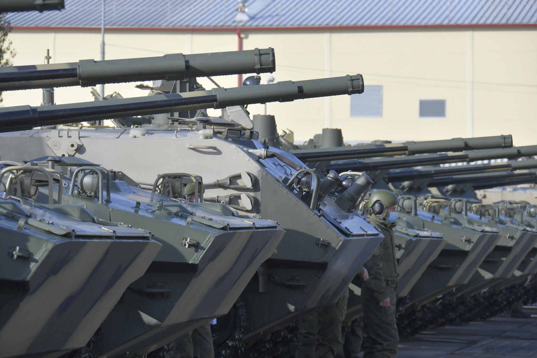 Батальонный комплект новейшей боевой техники БМД-4М и БТР-МДМ «Ракушка» поступил на вооружение Новороссийского десантно-штурмового соединения.