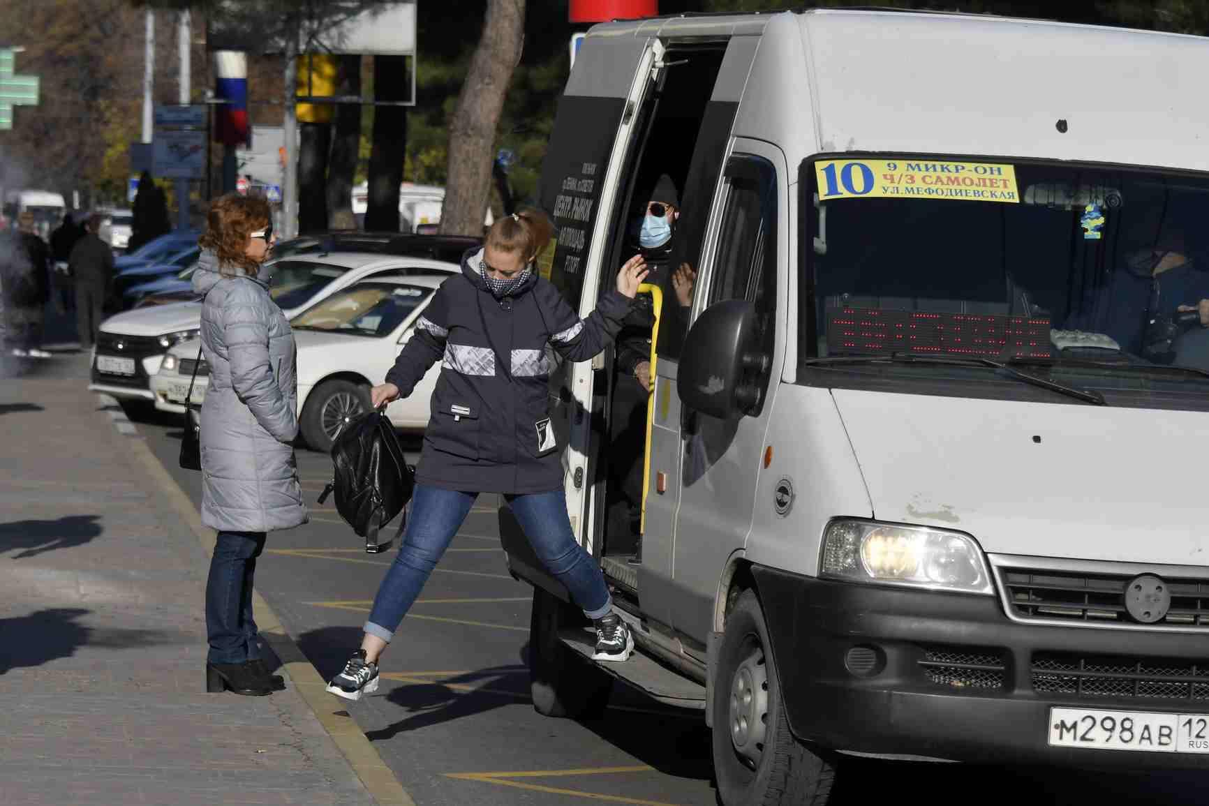 Почему в общественном транспорте Новороссийска не носят маски?