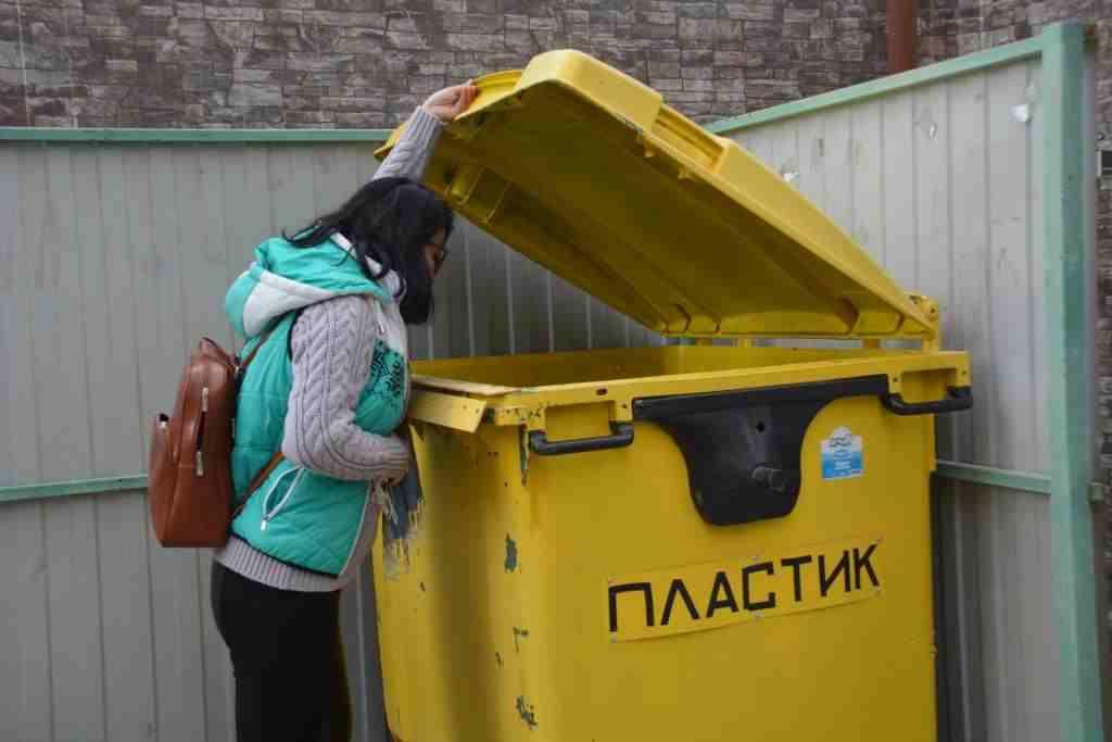 В новороссийских дворах начали устанавливать контейнеры для сбора пластика