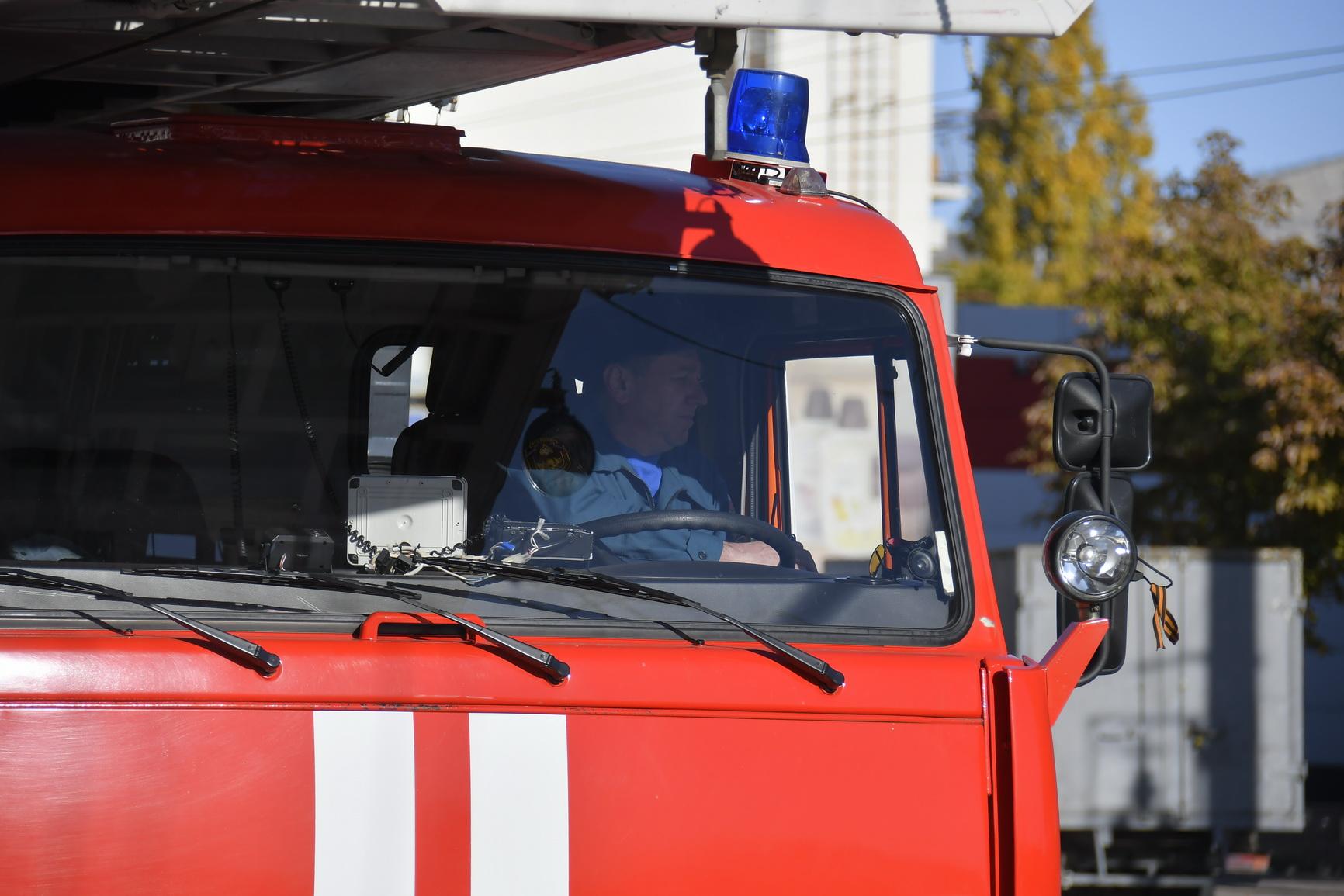 В Новороссийске пожар в квартире вынудил хозяина в полуголом виде забраться на уличный блок кондиционера